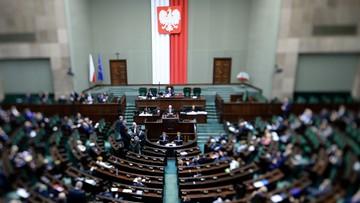 """11-02-2016 12:40 Ustawa wprowadzająca program 500+ przyjęta przez Sejm. """"To święto polskiej rodziny"""""""