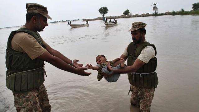 Wielkie powodzie w Pakistanie - zginęło już ponad 100 osób
