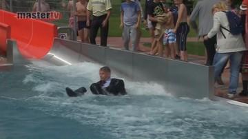 24-06-2017 22:14 Burmistrz zjechał do basenu w garniturze. Tak uczcił otwarcie pływalni