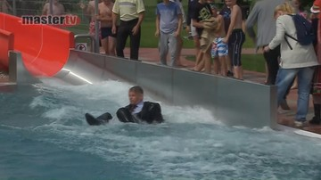 Burmistrz zjechał do basenu w garniturze. Tak uczcił otwarcie pływalni.