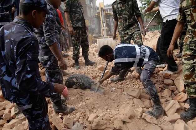 Nepal: liczba ofiar śmiertelnych trzęsienia ziemi wzrosła do 688