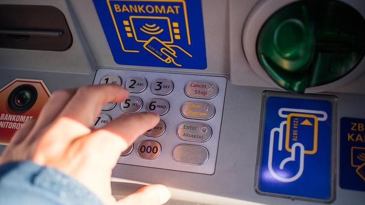 """Banki systematycznie wycofują bankomaty. """"To nieodwracalny trend"""""""