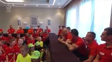 Dzieci spytały Pazdana, ile miał lat, kiedy stracił włosy. Zobacz reakcję piłkarzy