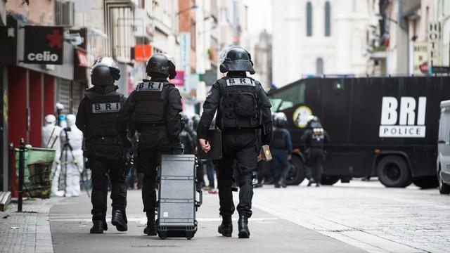 Francja: policja zwolniła 7 z 8 zatrzymanych osób w Saint-Denis