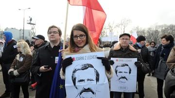 """KOD manifestował w obronie Lecha Wałęsy. Hasło marszu: """"My, Naród"""""""