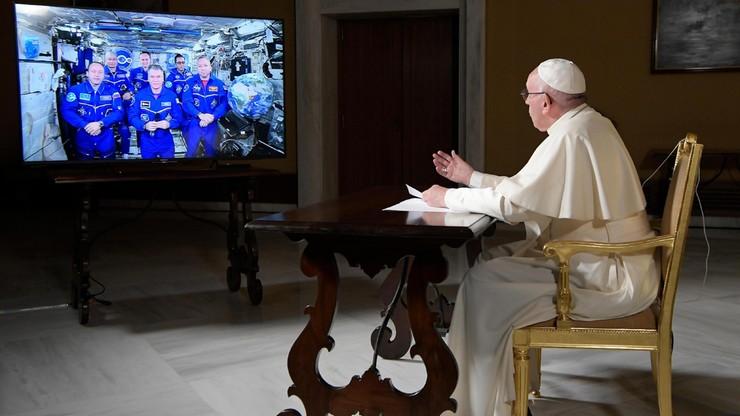 """""""Jesteście małym ONZ"""". Papież rozmawiał z załogą Międzynarodowej Stacji Kosmicznej"""