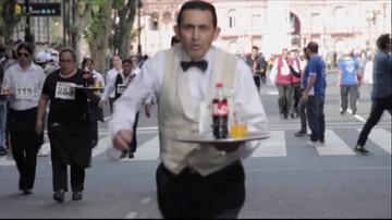 Wyścig ze szklanką napoju i butelką na tacy. Kelnerzy rywalizowali w Argentynie
