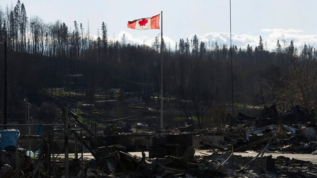 Kanada: Pożary zbliżyły się do terenów wydobycia ropy naftowej
