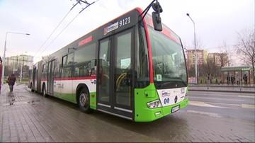 Kierowca autobusu przejechał wysiadającą pasażerkę. Kobieta zmarła.
