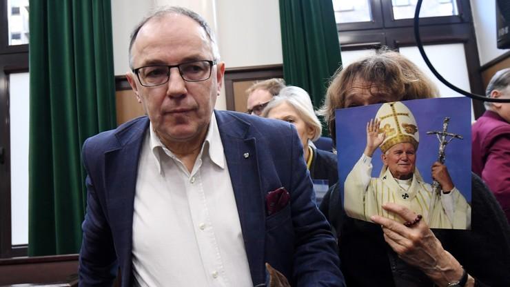 """""""Święty Janie Pawle II, módl się za polskie sądownictwo"""". Sprawa zniszczenia rzeźby papieża warunkowo umorzona"""