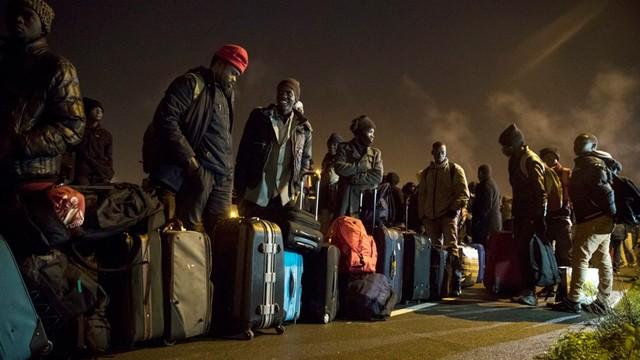 Francja: Rozpoczęła się ewakuacja obozu migrantów w Calais