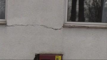 Ewakuowano ich z mieszkań z powodu pęknięć na ścianach. Twierdzą, że to przez prace na sąsiedniej budowie