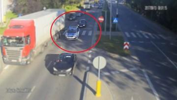 Poranne korki, radiowóz na sygnałach, a za nim auto z rodzącą kobietą