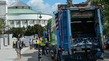 10-05-2016 14:41 Śmieciarki przed Sejmem. Przeciwko zmianom ws. gospodarowania odpadami