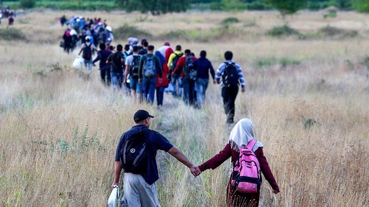 PE wzywa do szybszej relokacji uchodźców; PO podzielona, PiS przeciw