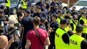 """2017-07-24 """"Musi mnie pan wynieść"""". Interwencja policji przed siedzibą PiS"""