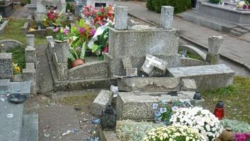 03-11-2016 17:20 100 nagrobków zniszczonych w Ełku. Na miejscu kilka grup dochodzeniowo-śledczych
