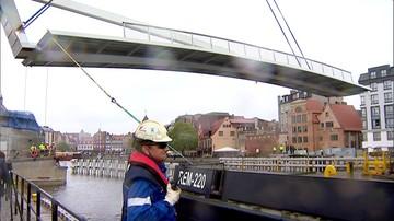 Gdańsk: montaż zwodzonego przęsła pieszej kładki nad Motławą