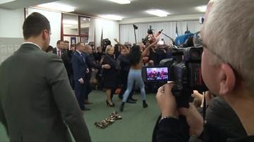 13-01-2018 14:19 Półnaga kobieta rzuciła się w stronę prezydenta Czech. Incydent podczas wyborów