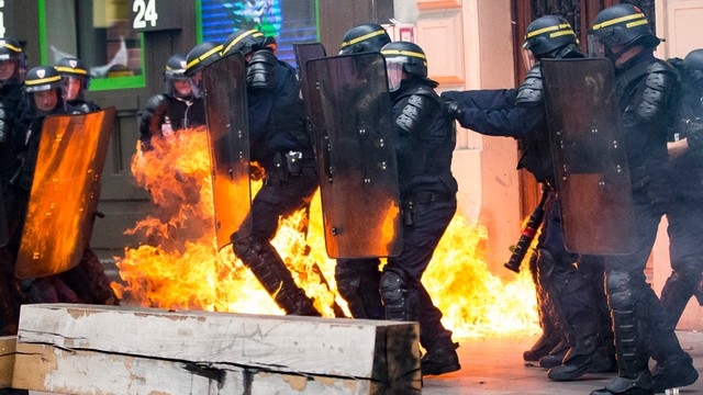 Francja: zamieszki podczas manifestacji przeciw zmianie prawa pracy