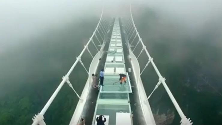 Młotem sprawdzali wytrzymałość najdłuższego szklanego mostu na świecie. Zobacz efekt