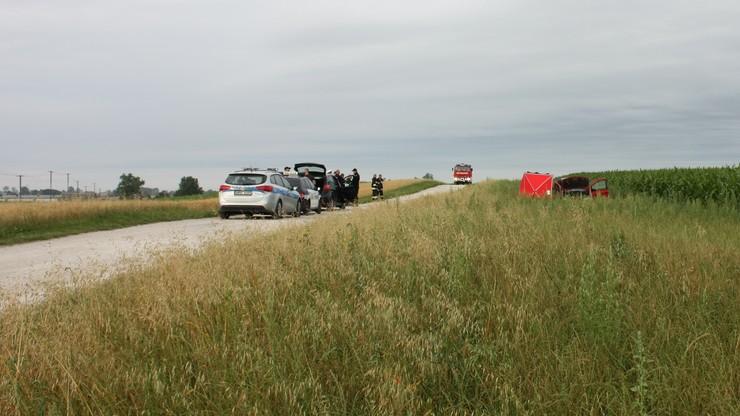 Auto porzucone na polu kukurydzy. Z martwym pasażerem w środku