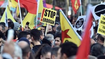 """05-11-2016 18:09 """"W Turcji demokracja mówi: Europo, twoje milczenie mnie zabija"""". Demonstracja Kurdów w Paryżu"""