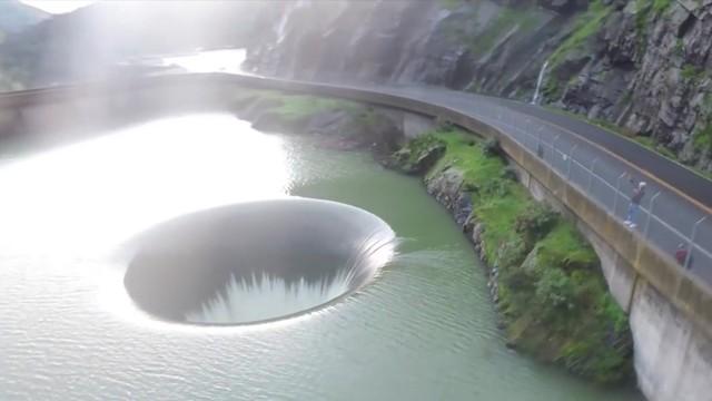 Dziura w jeziorze. Jakby ktoś wyciągnął korek z wanny