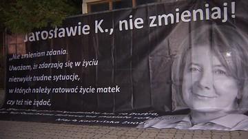 13-10-2016 19:06 Protest przed domem Jarosława Kaczyńskiego. Na plakacie m.in. słowa Marii Kaczyńskiej