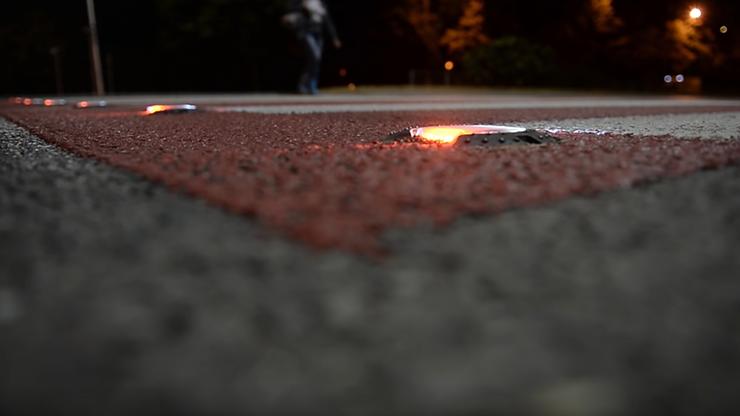 """W Warszawie powstaną kolejne """"aktywne przejścia"""". Poinformują kierowców o zbliżaniu się pieszego do pasów"""