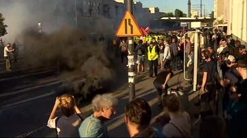 """27-05-2017 21:27 Demonstracje przed Teatrem Powszechnym. Narodowcy próbowali zablokować """"Klątwę"""""""