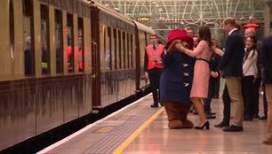 Taniec na stacji kolejowej w Londynie. Miś Paddington poprosił księżną Kate