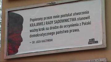 Billboardy z cytatami braci Kaczyńskich o KRS