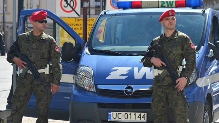 B. kierownik z oddziału Agencji Mienia Wojskowego w Poznaniu podejrzany o ustawianie przetargów