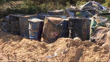 Wywożą beczki z odpadami. Nie wiadomo, czy doszło do skażenia gruntu