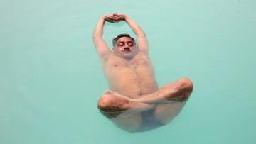 2016-06-21 Masy ćwiczyły jogę w dniu jej święta - nawet w basenie
