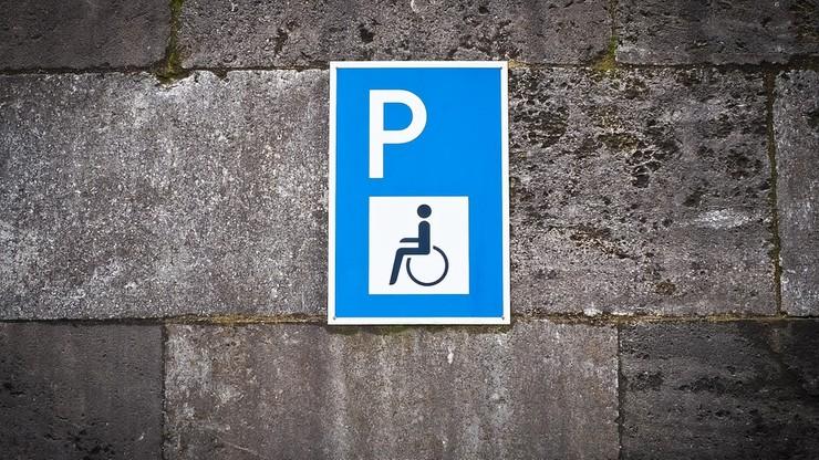 """Limuzyna Gowina na miejscu dla niepełnosprawnych. """"To dyrekcja hotelu je wskazała"""""""