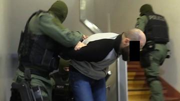 """Grupa """"poznańskich sterydów"""" rozbita. Zabezpieczono broń, noże, maczetę i narkotyki"""