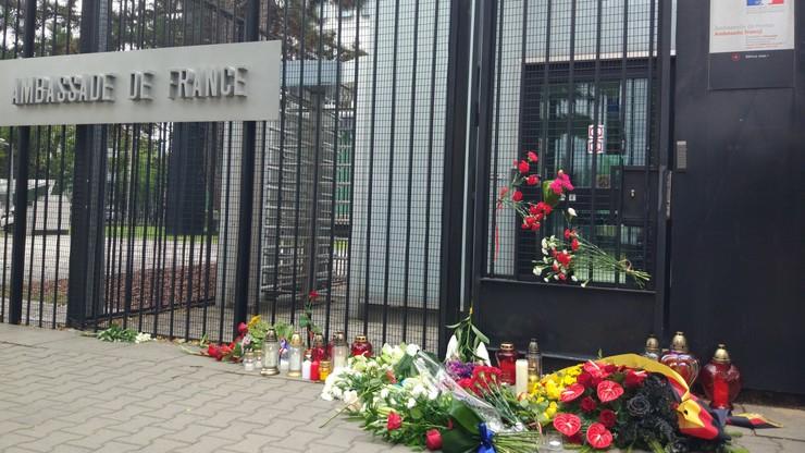 2016-07-15 Kwiaty przed ambasadą Francji w Warszawie. Współczucie i solidarność Polaków