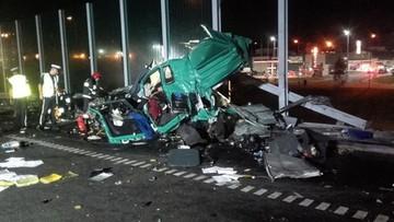 30-08-2017 10:40 Zmieniał koło, był pod zestawem, gdy cysterna wjechała w jego ciężarówkę. On przeżył, drugi kierowca nie