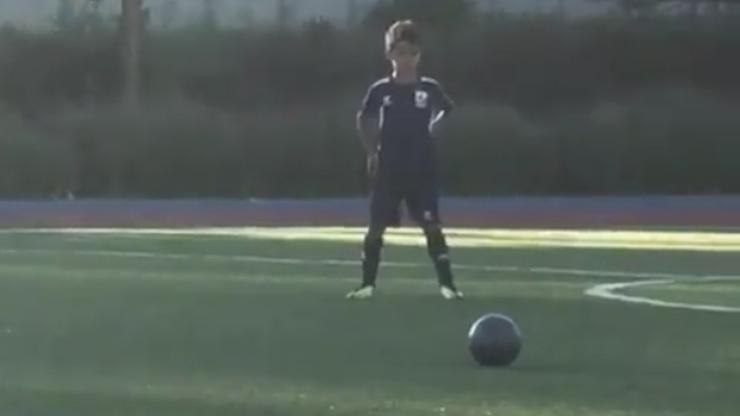 Jaki ojciec, taki syn. Tak Ronaldo Jr wykonuje rzuty wolne (WIDEO)