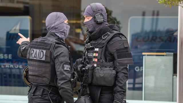 Islamista, który zaatakował na Orly, był uzbrojony w wiatrówkę