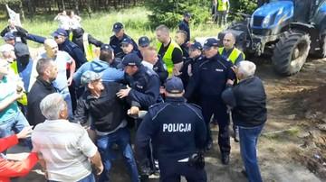 """23-06-2017 17:00 """"Świnie muszą zniknąć."""" Mieszkańcy blokują drogi dojazdowe do chlewni"""
