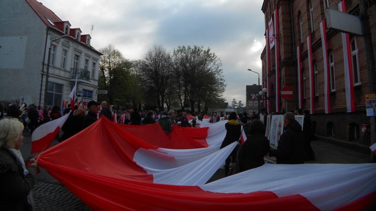 2017-05-03 Święto Flagi w Rzepinie. Biało-czerwony korowód na ulicach miasta