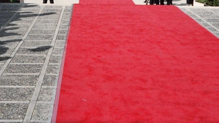 Rozwinięto czerwone dywany na chodnikach. By turyści poczuli się jak gwiazdy