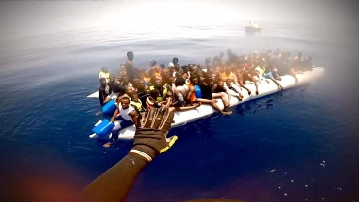 """""""Umierałem ze strachu. Wiedziałem, że jeśli barka się przewróci, zginiemy"""". Imigranci z Afryki w reportażu """"W zawieszeniu"""""""