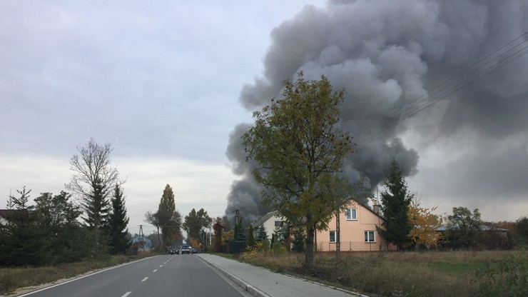 2016-10-27 Pożar magazynów w Woli Rafałowskiej na Mazowszu. Słup dymu było widać z wielu kilometrów