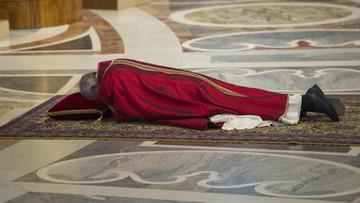 25-03-2016 19:27 Watykan rozpoczął obchody Wielkiego Piątku. Papież modlił się leżąc przed ołtarzem