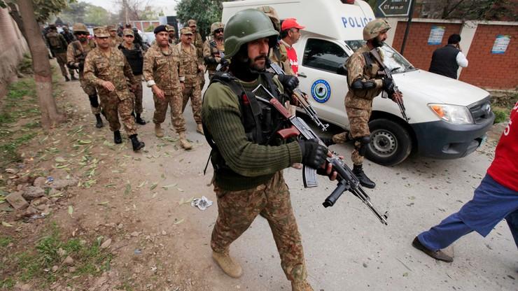 Wszedł do świątyni, gdy zgromadziły się tłumy. Krwawy zamach w Pakistanie