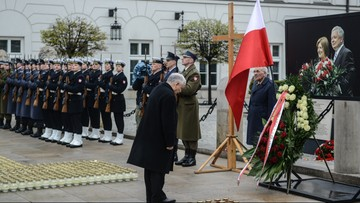 10-04-2016 09:43 Apel Poległych w godzinę katastrofy smoleńskiej na Krakowskim Przedmieściu
